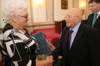 Pan Nerad gratuluje k obdržení osvědčení III. odboje
